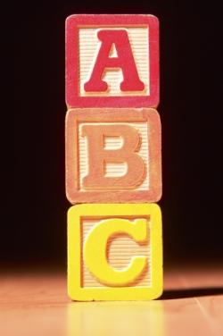 columna hecha con piezas del abecedario ABC