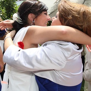Tania abrazando a su madre