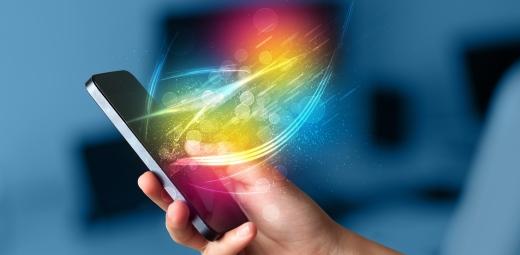 mano sujetando móvil con luces para comprobar accesibilidad de los asistentes virtuales