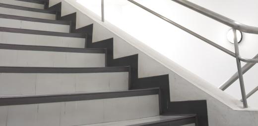 escaleras en el portal, una barrera para la accesibilidad en el hogar