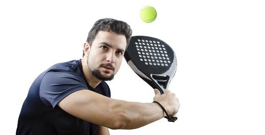 joven con pelota y raqueta practicando actividad física