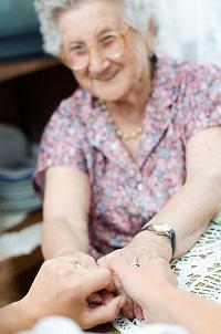 mujer mayor con brazos extendidos para hacer actividad física