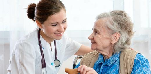 Mujer mayor con Alzheimer con su enfermera
