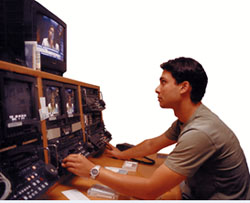 Joven realizando audiodescripción de un programa de televisión