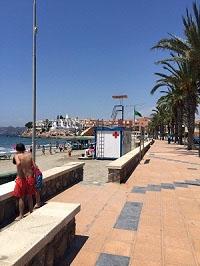 Playa de Calabardina con el puesto de socorro en la arena, dispone de ocio accesible (FuenteVbarbero)