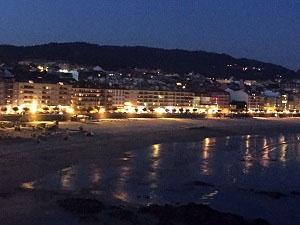 Vista nocturna de la playa de Sanxenjo, una de las que dispone de ocio accesible (vbarbero)