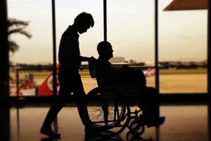 Una persona en silla de ruedas haciendo su vida cotidiana de cada día