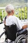Una persona mayor de espaldas en silla de ruedas, que también puede ser otro ejemplo de autonomía personal