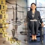 Una persona con discapacidad en silla de ruedas y al lado se reflejan las balanzas, símbolos y titular de Legislación sobre discapacidad