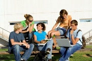 Grupo de estudiantes reunidos para apoyarse en los estudios, otra de las formas de estudiar mejor