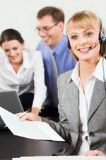 Personas trabajando en una oficina para convocatorias de empleo