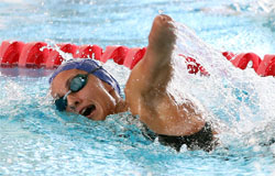 Deportista con discapacidad, practicando natación