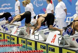 Grupo de nadadores con discapacidad preparados para salir en una competición de natación