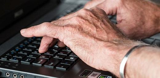 Una persona que sufre artritis, trabajando con un ordenador