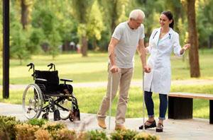 Una persona aprendiendo a caminar con muletas