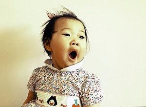 Una niña con cara de sorpresa