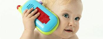 Un niño con un juguete para discapacidad auditiva