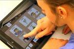 Producto de apoyo DIME. Una niña usando el comunicador