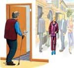 Una persona mayor paseando por la calle con el producto de apoyo del brazalete localizador GPS