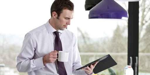 hombre con traje, viendo documentos, y con cafe, no recomendado para arritmia cardíaca