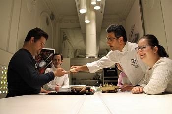 Artistas de Down Madrid junto al chef Roncero probando un plato