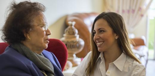 Persona mayor recibiendo atención social y sanitaria