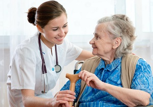 personal sanitario con mujer mayor