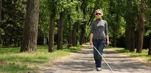 autonomía personal persona ciega paseando con su bastón