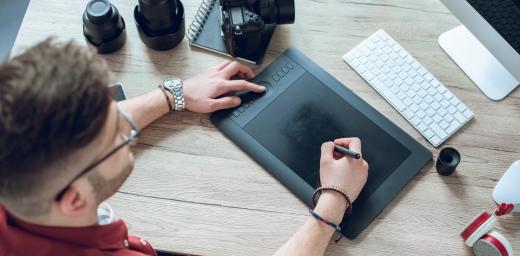 joven con su tablet para pedir ayudas para el emprendimiento de personas con discapacidad