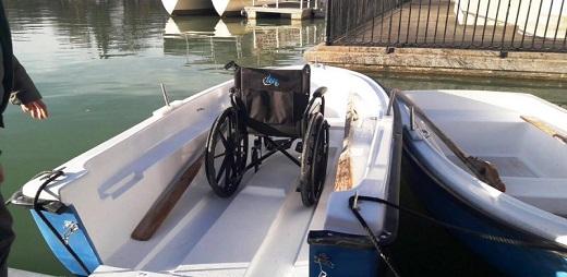 Barcas del Retiro y una con una silla de ruedas dentro