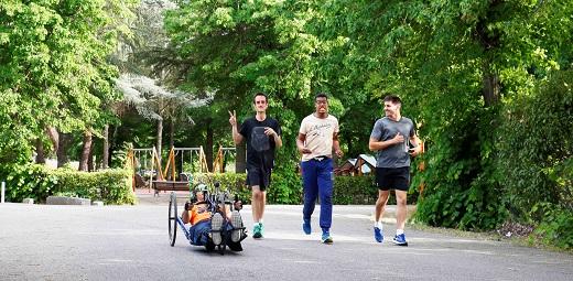 personas con y sin discapacidad corriendo por un parque y disfrutando los beneficios del deporte