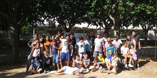 jóvenes y niños disfrutando de campamentos urbanos de verano