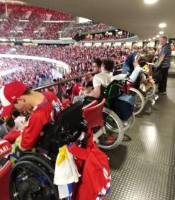vista de personas con discapacidad en los campos de fútbol en la grada