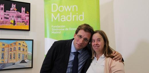 alcalde de Madrid con mujer con síndrome de down en el acto de la cápsula del tiempo