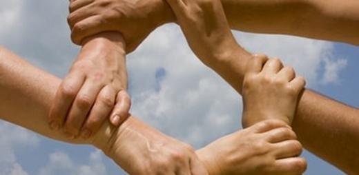 Manos entrelazadas. CERMI pide fondos adicionales en la lucha contra el coronavirus