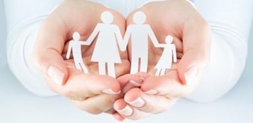 Mano sosteniendo una figura de papel de una familia - prontuario de necesidades
