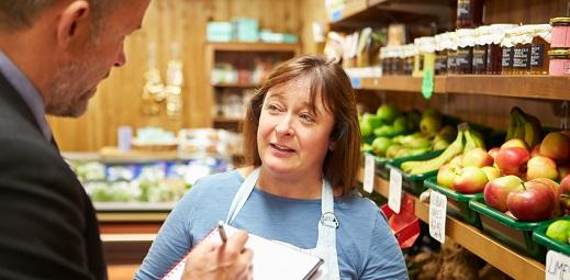 mujer en una tienda hablando con un hombre, CERMI reafirma su compromiso por la igualdad