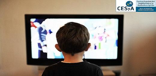 Un niño viendo un programa en una televisión. CESyA