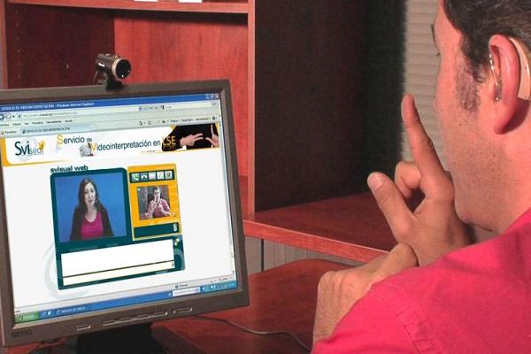 Un joven usando el servicio de videointerpretación
