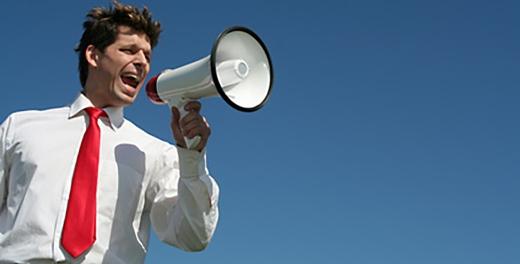 hombre gritando por altavoz sus comunicaciones sobre Tecnología y Turismo