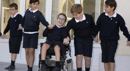 Niños con y sin discapacidad jugando en recreo inclusivo, tema del concurso escolar