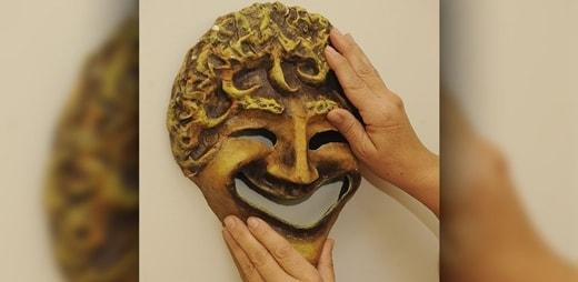 Máscara de teatro griego en las Conferencias del Museo Tiflológico