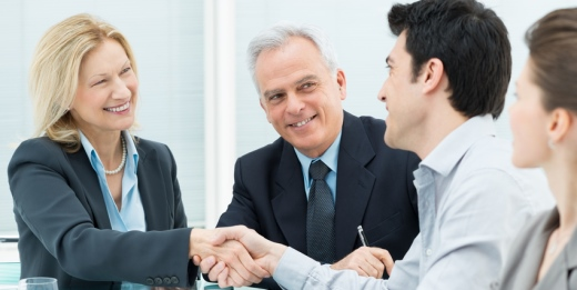 contrataciones a jóvenes con discapacidad grupo de personas hablando sonrientes