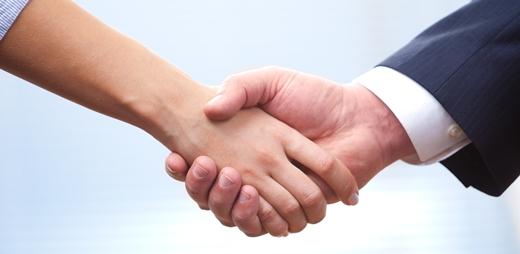 Fotografía de dos manos entrelazadas por la firma convenio CERMI y Fundación ONCE