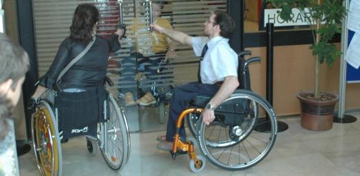día internacional de personas con discapacidad, personas en silla de ruedas abriendo puertas