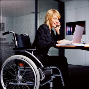 dia internacional de personas con discapacidad mujer en oficina