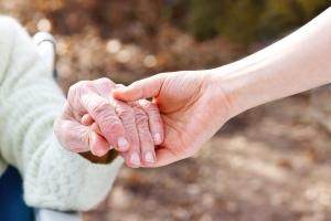persona cogiendo la mano de otra persona, contra la soledad