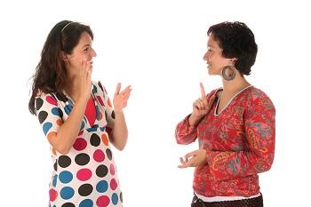 dos mujeres sordas hablando en LSE