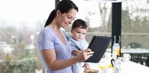 Mama con su hijo mirando la tablet, diarrea infantil