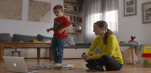 Un niño divirtiéndose con el programa educativo DigiCraft
